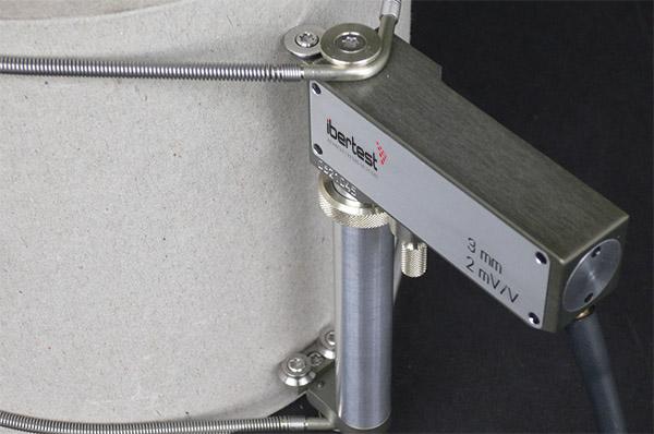 Extensómetro a compresión IB-MFD 3 - detalle de fijación a la probeta mediante muelles tensores.
